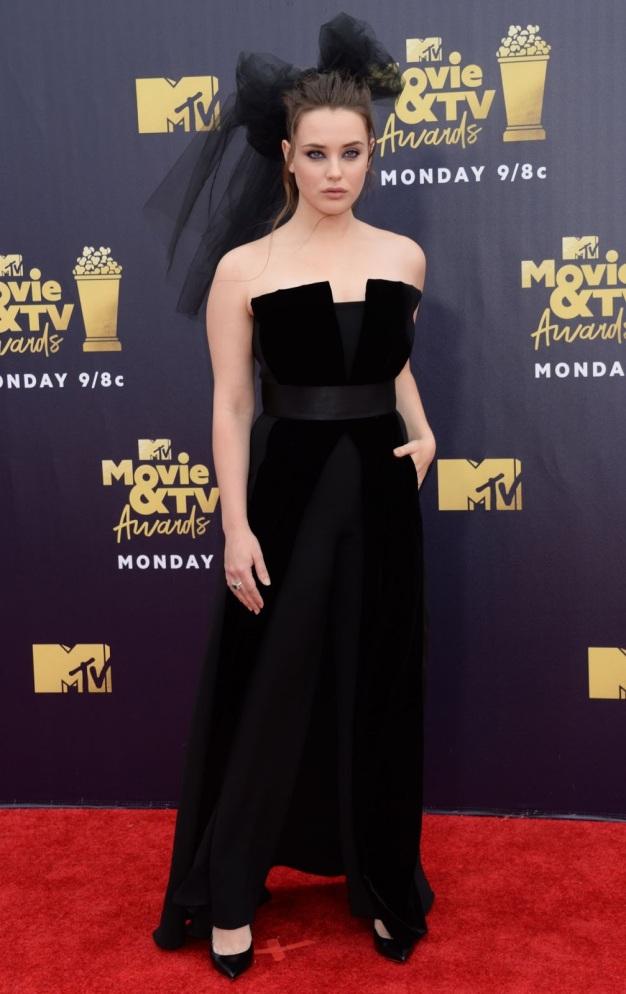 Katherine Langford en une robe de soirée noire longue aux MTV Movie & TV Awards 2018