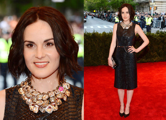 Michelle Dockery en robe de cocktail noire
