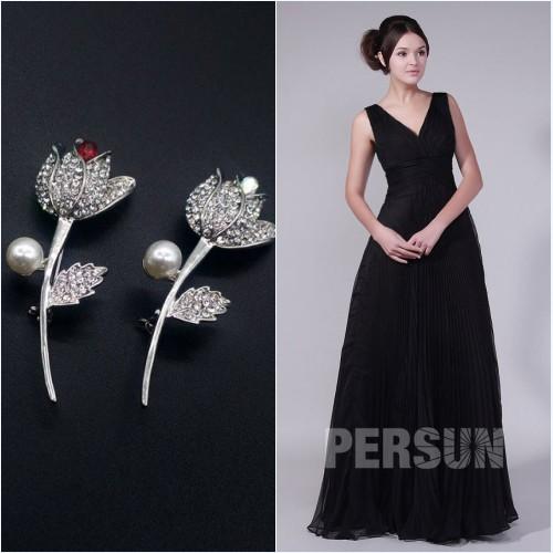 broche argenté et robe de soirée noire longue col en V