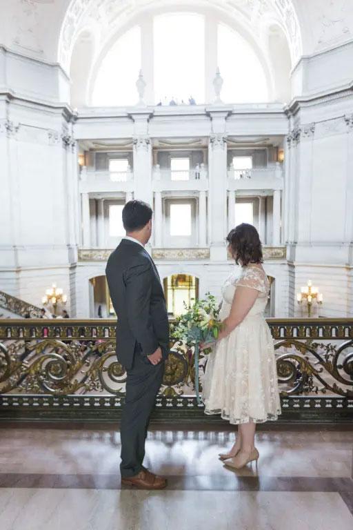 robe de mariée courte dentelle encolure illusion